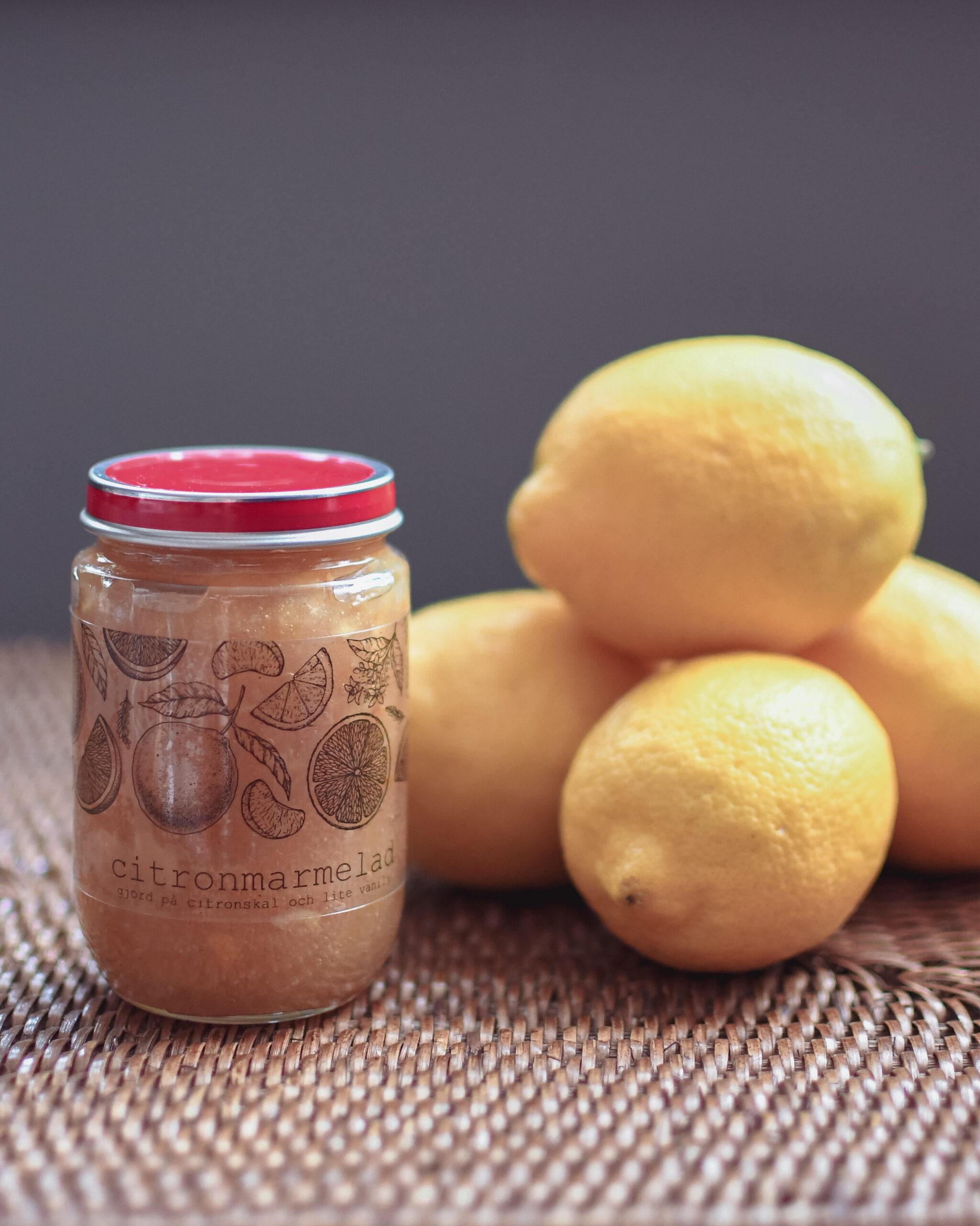 en burk citronmarmelad på citronskal
